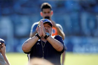 Maradona y jugador rival se desafían en partido que complica a Gimnasia