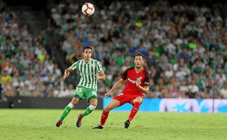 Mandi y Franco Vázquez disputan un balón en el último Betis-Sevilla.