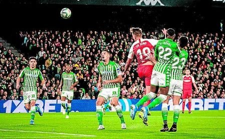 De Jong remata entre los cinco defensas que ha alineado Rubi ante Sevilla y Real Madrid