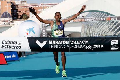 Los etíopes Atanaw y Dereje reinan en el maratón de Valencia