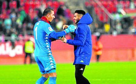 Dani Martín fue el primero en felicitar a su compañero Joel Robles por su partidazo en Mallorca.