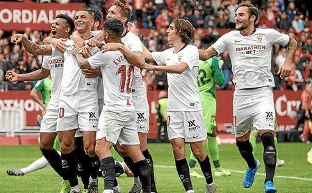 Los futbolistas del Sevilla celebran el gol de Diego Carlos.