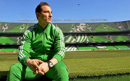 Andrés Guardado posa en el Benito Villamarín en una entrevista para ESTADIO.