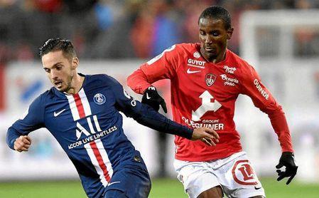 Ibrahima Diallo, jugador del Brest, pugna con el exsevillista Sarabia, ahora en las filas del PSG.