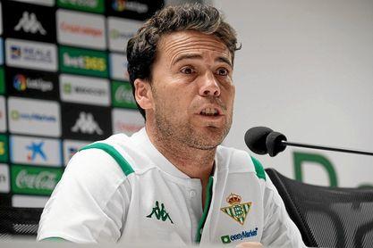 Rubi, técnico del Betis, durante la rueda de prensa.