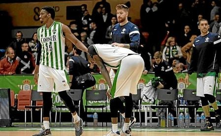 Los jugadores del Betis, abatidos tras la derrota en San Pablo ante Baxi Manresa.