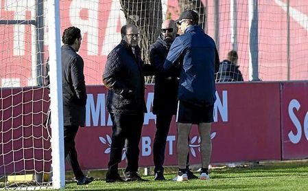 Castro, Monchi y Lopetegui conversan durante el entrenamiento de este martes.