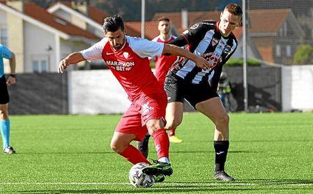 Nolito intenta zafarse de un rival en el Escobedo-Sevilla de Copa del Rey.