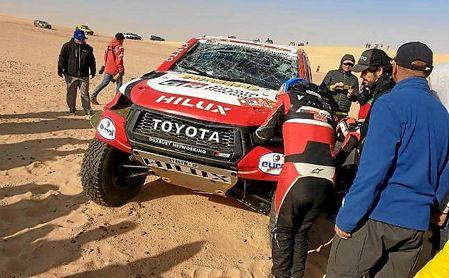 Así quedó el coche del asturiano tras volcar en una duna.