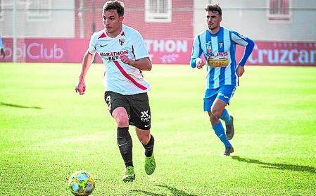 Felipe Chacartegui, en la imagen ante el Villarrubia, es baja por sanción en el Sevilla Atlético.