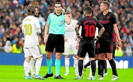 Martínez Munuera, momentos antes de anular el tanto que habría supuesto el 0-1.
