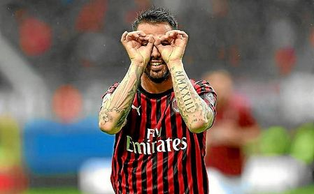 Suso celebra un gol con la elástica del Milan.