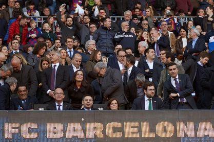 Cuelan una pegatina del Madrid en el marcador electrónico justo debajo de Bartomeu