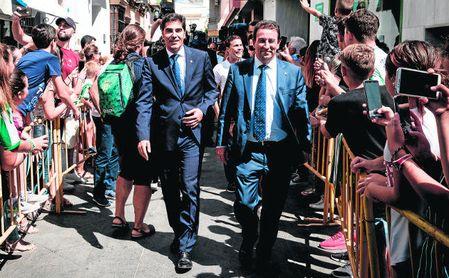 Ángel Haro y José Miguel López Catalán, llegando a la ofrenda floral en Coria del Río.