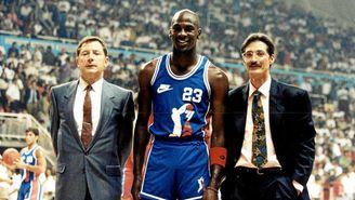 Michael Jordan, junto con los entrenadores Jesús Codina y Jose Alberto Pesquera