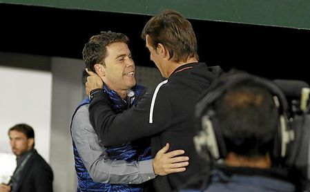 Lopetegui y Rubi se saludan antes del enfrentamiento del Villamarín.
