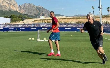 Isla se entrena a diario en La Nucía (Alicante) junto al preparador físico y entrenador Miguel Gandía.