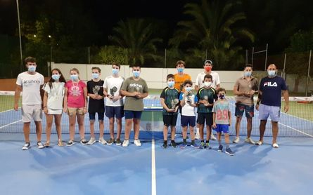 El tenis vence a la Covid-19 en Salteras