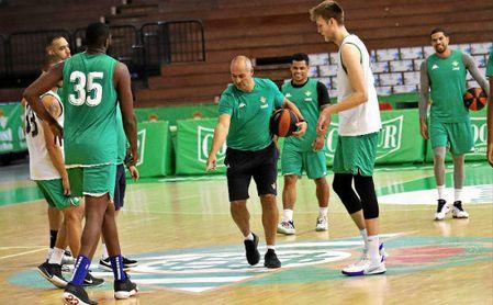 Curro Segura da instrucciones a sus jugadores durante un entrenamiento reciente.