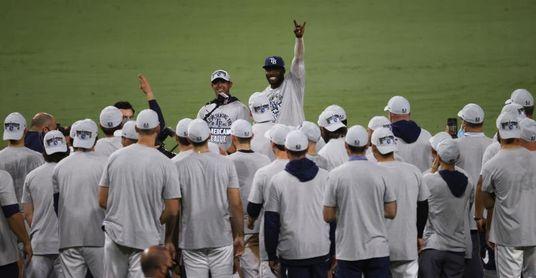 Los Rays van a la Serie Mundial; los Dodgers empatan la serie a los Bravos
