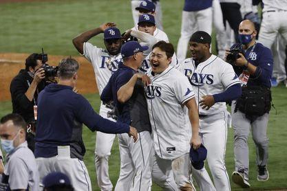 Rays van a la Serie Mundial; Dodgers empata la serie a Bravos