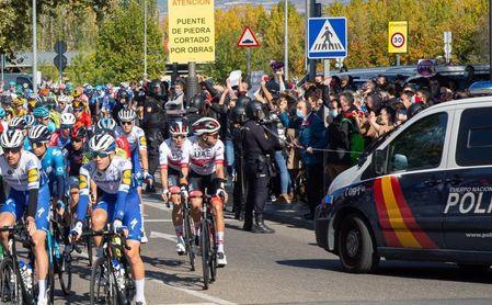 La concentración de apoyo a la hostelería trata de cortar la Vuelta en Logroño