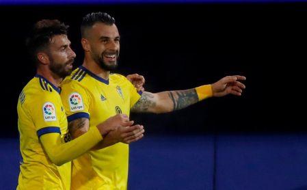 0-2: Intratable a domicilio, el Cádiz se regala un coliderato