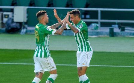 El delantero del Betis Tonny Sanabria celebra junto a Tello su gol ante el Elche.