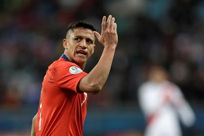 Alexis Sánchez y Claudio Bravo arriban a Chile para preparar el duelo ante Perú