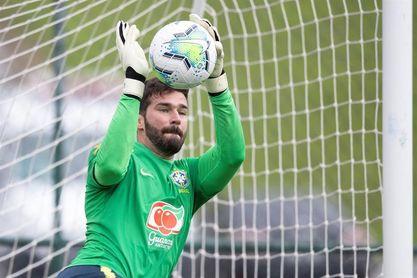 Brasil vuelve a entrenarse a media marcha y sin mostrar aún su equipo titular