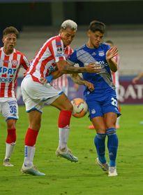 El uruguayo Barceló anota cuatro con los que Emelec mantiene la presión a la Liga y al Barcelona