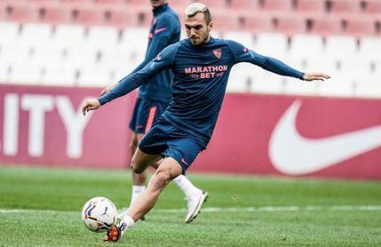 El jugador del Sevilla F.C., Joan Jordan, en el entrenamiento previo a viajar a Madrid para medirse mañana al Getafe.