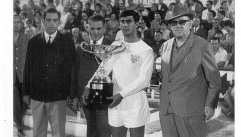Insignia de oro del club desde 2015, Costas llegó con 20 años al filial del Sevilla FC.
