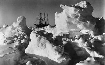 El Endurance, atrapado en el hielo durante la Expedición Imperial Transantártica.