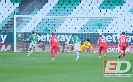 Canales transforma el primer penalti ante la mirada de Fekir, que falló el segundo.