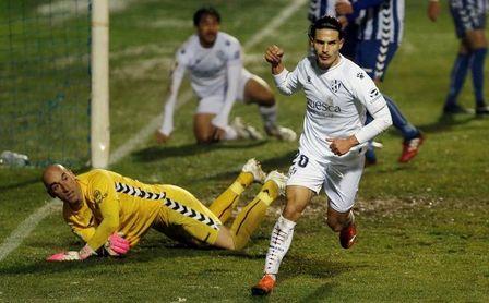 2-1.- Un gol de Jorge Moltó dio el pase a un intenso Alcoyano.