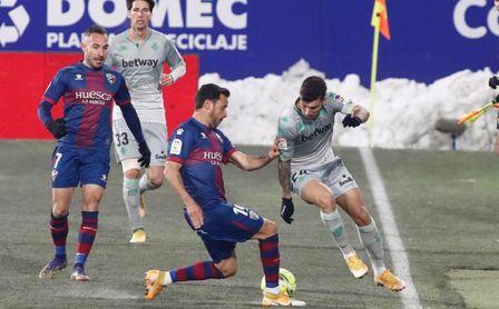 SD Huesca 0-2 Real Betis: Gana en el frío para entrar en zona templada