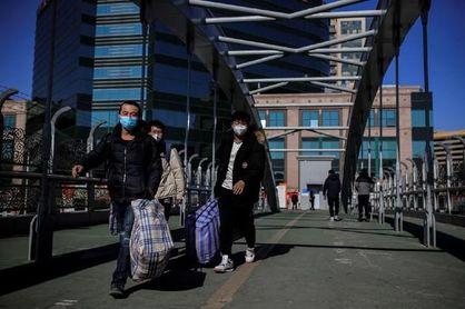 Dos ciudades chinas exigen un test anal de covid a los llegados del extranjero