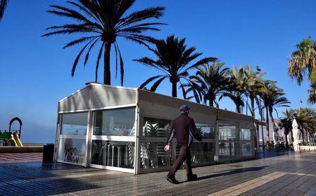 Una terraza de Almería permanece cerrada tras decretarse el cierre de toda actividad no esencial.