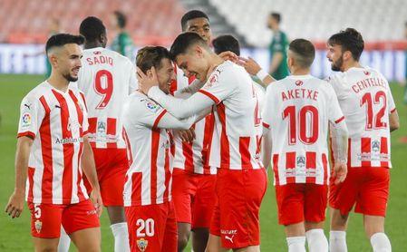 El Almería reacciona a tiempo para ganar al Castellón (3-1).