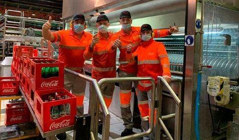 Los trabajadores de la planta de Sevilla celebran el premio.