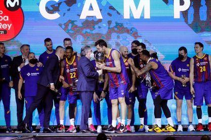 El rey felicita al Barcelona por ganar la Copa de baloncesto