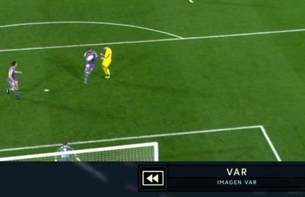 Una de las imágenes del VAR que sirvió a Gil Manzano para señalar penalti.