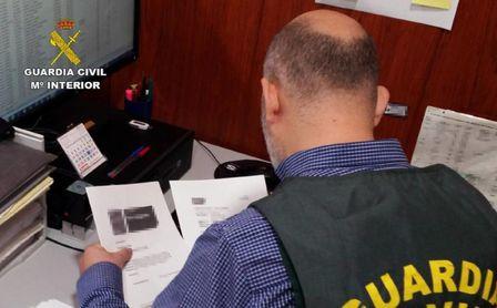 Un agente de la Guardia Civil, durante la investigación.