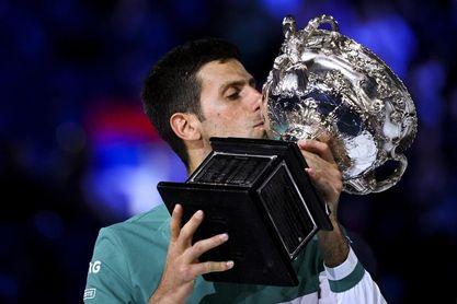 Djokovic iguala con Federer y Medvedev a la caza de Nadal