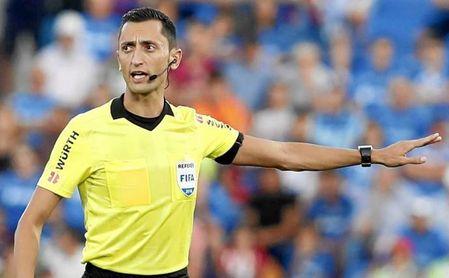 La afición del Sevilla desconfía del arbitraje en el Camp Nou