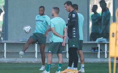 Víctor Ruiz, al margen del grupo en el entrenamiento del Betis