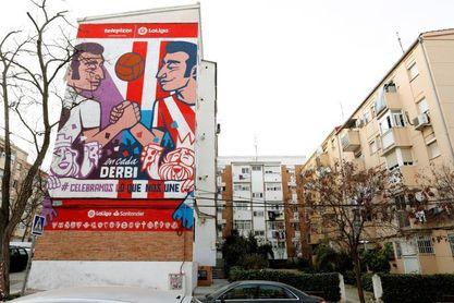 Madrid estrena un mural para conmemorar el derbi de fútbol