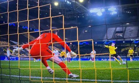 Bono no pudo detener el segundo lanzamiento de penalti de Haaland.