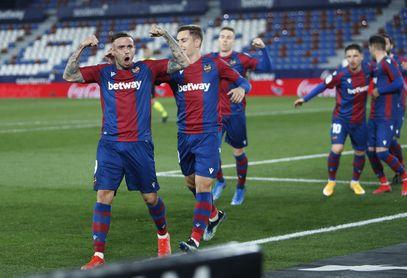 Un Levante superior se lleva el derbi ante un decepcionante Valencia (1-0).